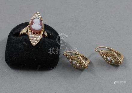 Parure en or jaune 18k, perles et camée comprenant une bague marquise et une paire de dormeu