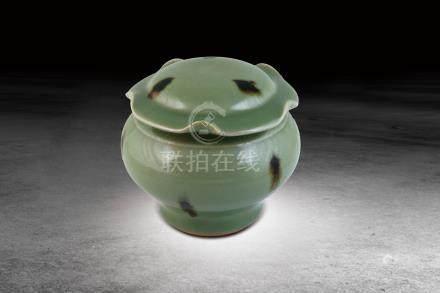 明  龍泉鷓鴣斑釉荷葉邊蓋罐