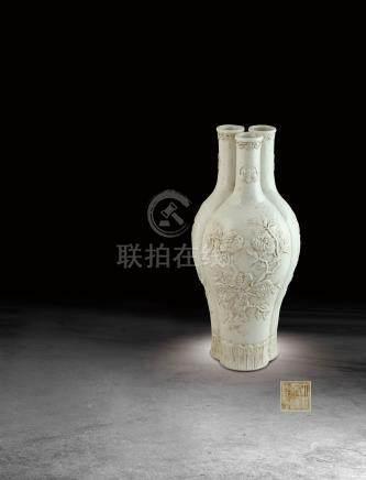 清  白釉浮雕福祿壽紋三多紋三孔瓶