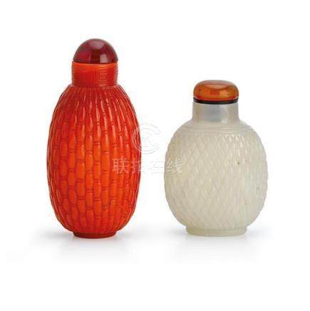 Two glass snuff bottles (2) 8 cm high, 6.5 cm high