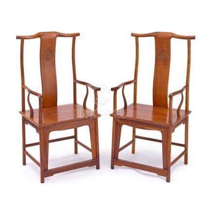 A pair of hardwood yokeback armchairs Sichutouguanmaoyi, 20t