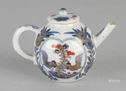 Small 18th century Chinese porcelain Imari draw pot
