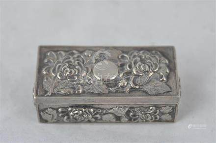 A Chinese export silver hallmarked snuff box, with embossed decoration of flowers, width6.5cm.