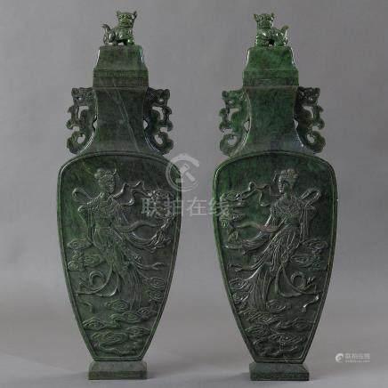 Magnífica pareja de copas en jade verde. Trabajo Chino, Siglo XX.
