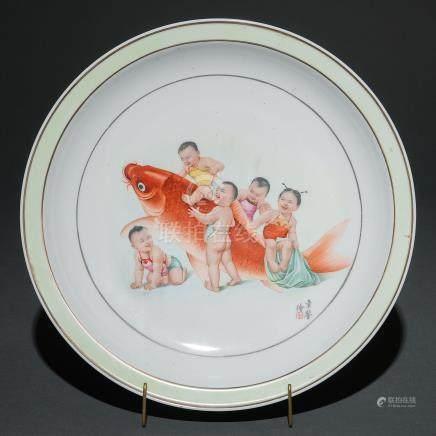 """""""Niños jugando con Carpa"""" Plato en porcelana china. Trabajo Chino, Siglo XX."""