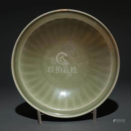 Plato circular en porcelana china de celadón Longquan. Trabajo Chino, Siglo XV-XVI