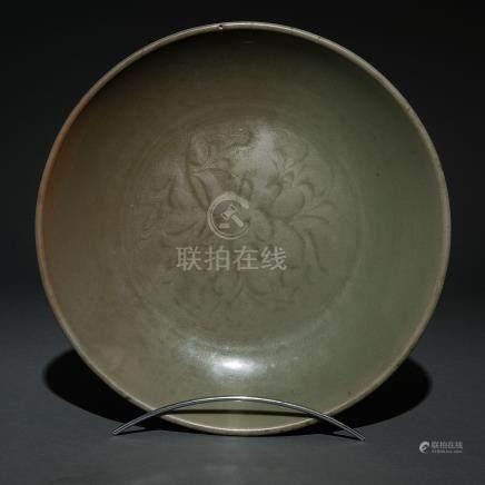 Plato en porcelana china de celadón Longquan. Trabajo Chino, Siglo XV-XVI.