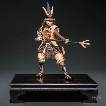 """""""Samurai con Lanza"""" Figura Japonesa en marfil tallado. Trabajo Japonés, Finales del siglo XIX-XX."""