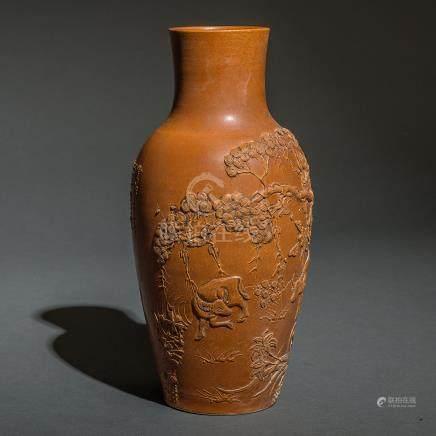 Jarrón en arcilla marrón con decoración en relieve. Trabajo Chino, Siglo XX.