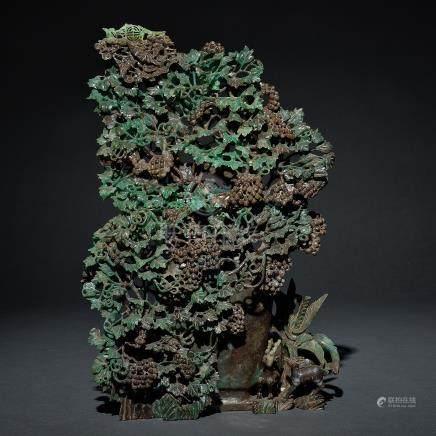 Jarrón chino realizado en jade verde. Trabajo Chino, Siglo XX.