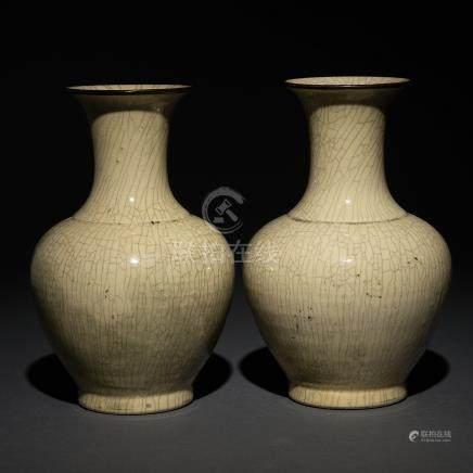Pareja de jarrones en porcelana china craquelada. Trabajo Chino, Siglo XIX