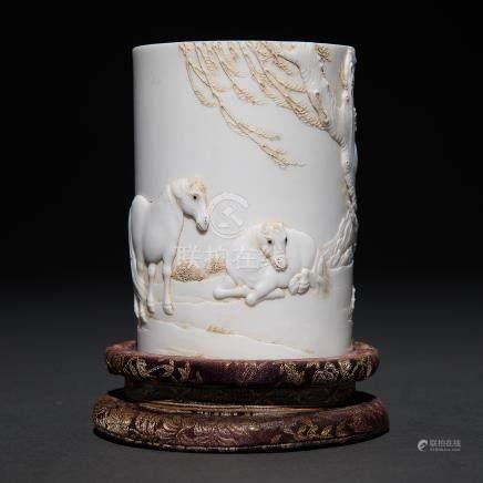 Pincelero en porcelana china de biscuit con decoración en relieve. Trabajo Chino, Siglo XX.
