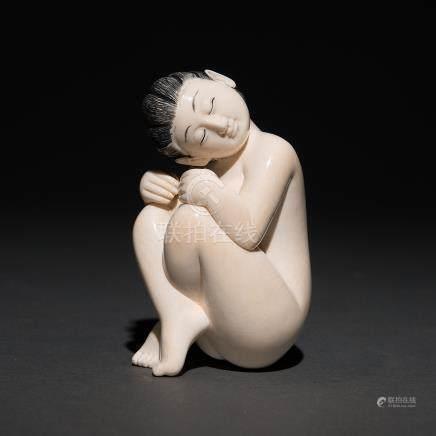 """""""Mujer arrodillada"""" Figura escultórica en marfil tallado. Trabajo Japones, Finales del Siglo XIX/XX."""