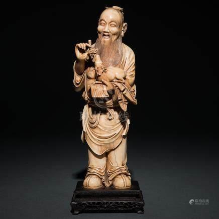 """Anciano con ciervo"" Figura escultórica en marfil tallado. Trabajo Chino, Finales del Siglo XIX-XX."