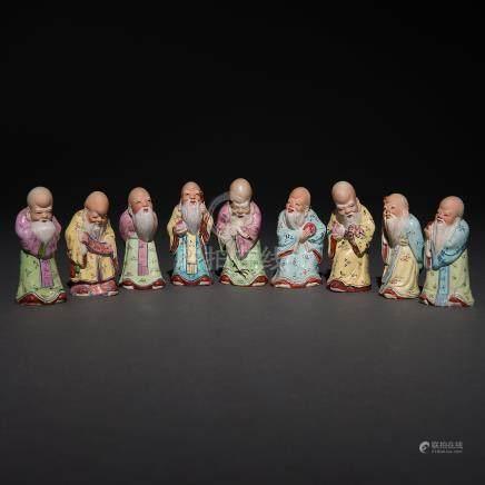 Conjunto de nueve sabios de la antiguedad en porcelana china familia rosa. Trabajo Chino, Siglo XX.