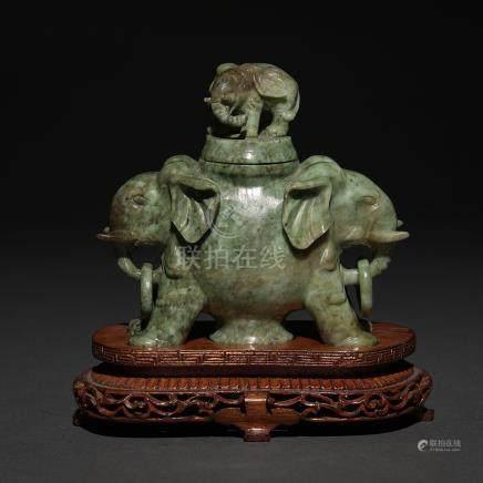 Especiero chino en forma de elefante realizado en jade verde. Trabajo Chino, Siglo XX.