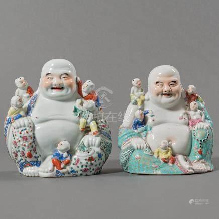 """""""Budas de la Felicidad"""" Conjunto de dos budas en porcelana china esmaltada. Trabajo Chino, Siglo XX."""