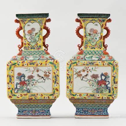 Pareja de jarrones en forma poligonal en porcelana china familia amarilla. Trabajo Chino, Siglo XIX.