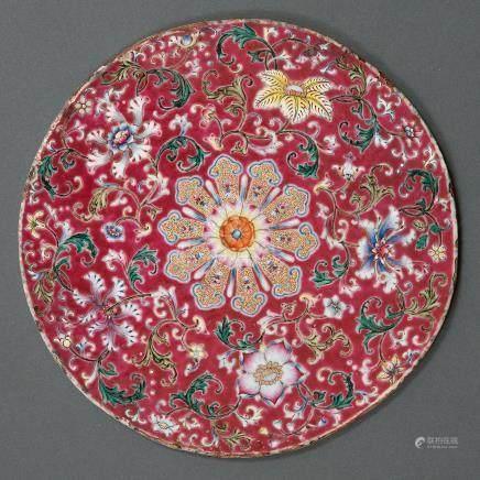 Placa circular en porcelana china familia rosa. Trabajo Chino, Siglo XIX.