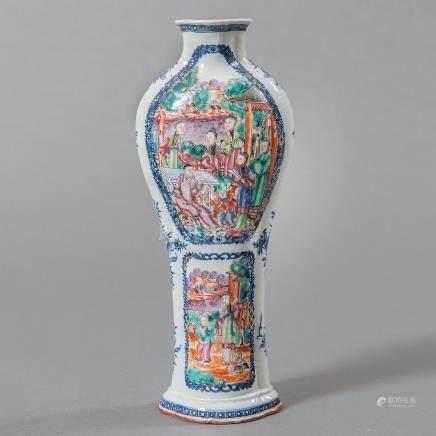 Jarrón en porcelana china Quianlong. Trabajo Chino, Siglo XVIII.