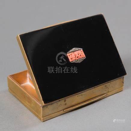 Polvera Japonesa realizada en bronce dorado y esmalte negro. Trabajo Japonés del siglo XIX.