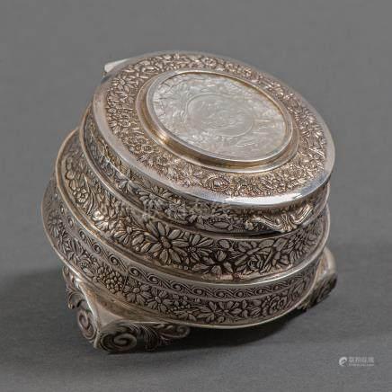 Caja Joyero circular en plata repujada. Trabajo Chino, Principios del siglo XX.
