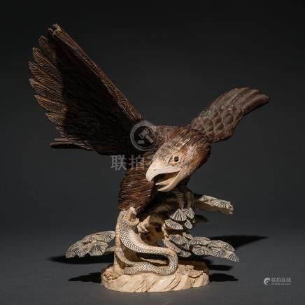 """""""Águila contra Serpiente"""" Grupo escultórico en marfil tallado. Trabajo Chico, Siglo XIX- XX."""