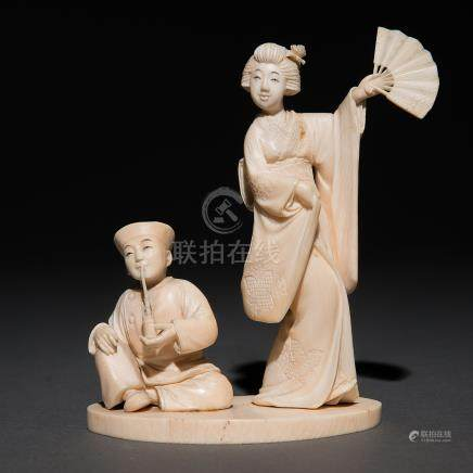 """""""Geisha con abanico y personaje fumando en pipa"""" Grupo escultórico realizado en marfil tallado. Trabajo Japonés del siglo XIX"""