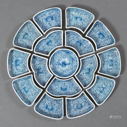 Set de merienda chino compuesto por piezas en porcelana china azul y blanca. Trabajo Chino, Siglo XX