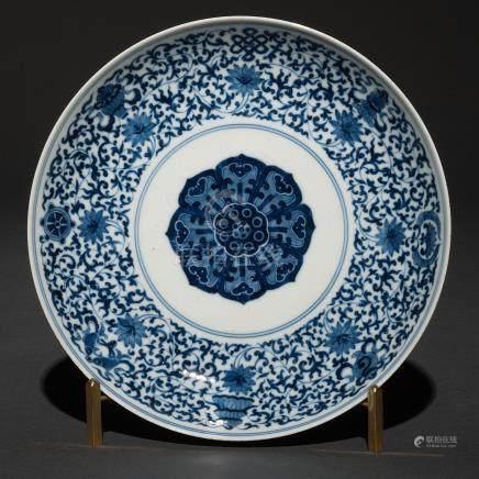 Plato en porcelana china azul y blanca. Trabajo Chino, Siglo XX.