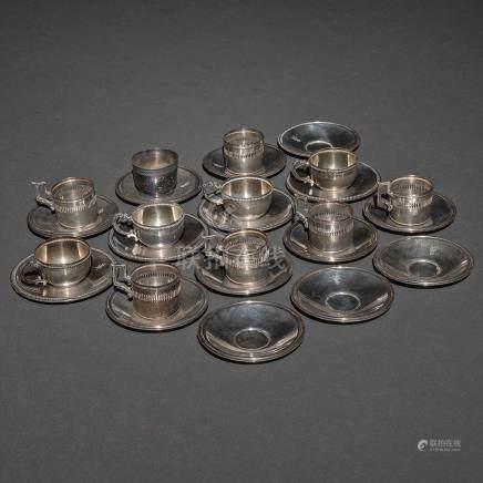 Set compuesto por platillos y tazas en plata española punzonada. Siglo XX. Ley, 925.