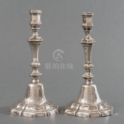 Pareja de candeleros en plata española punzonada. Trabajo Español, Siglo XVIII
