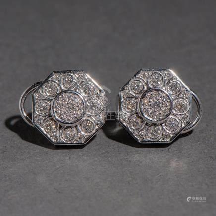 Pendientes en oro blanco de 18 Kt en forma de flor orlados de diamantes talla brillante.
