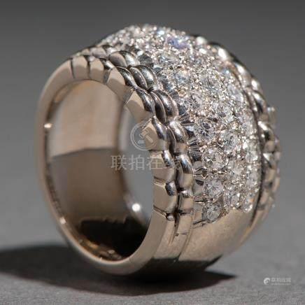 Sortija con sólida montura en oro blanco de 18 kt. con pavé de diamantes talla brillante.