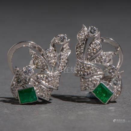 Pendientes en oro blanco de 18kt. con diamantes talla brillante y esmeralda.