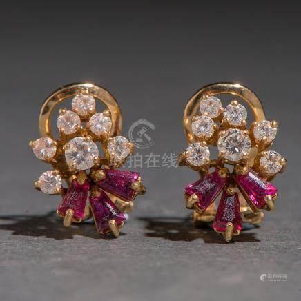 Pendientes en forma de racimo en oro amarillo de 18kt. con zafiros y diamantes talla brillante.