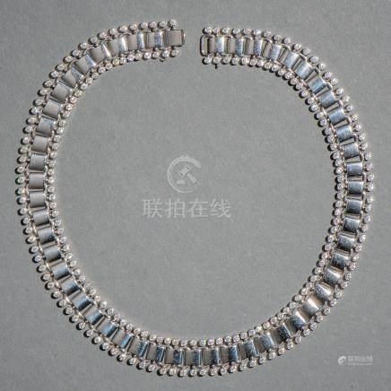 Collar ancho en oro blanco de 18 kt. orlado de diamantes talla brillante en cabujón.