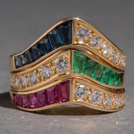 Conjunto de tres anillos en oro amarillo de 18kt. con brillantes, rubíes, zafiros y esmeraldas.