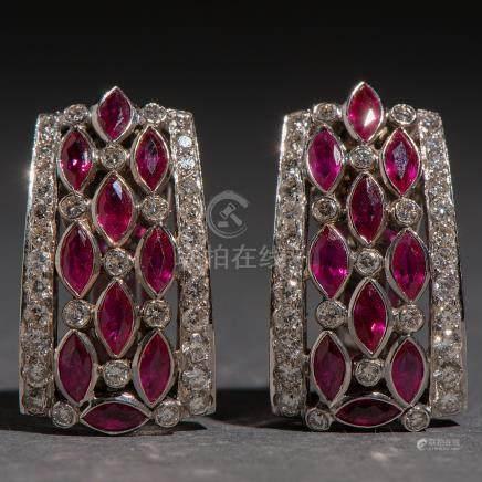 Pendientes en oro blanco de 18 kt. con diamantes talla brillante y rubíes en navete.