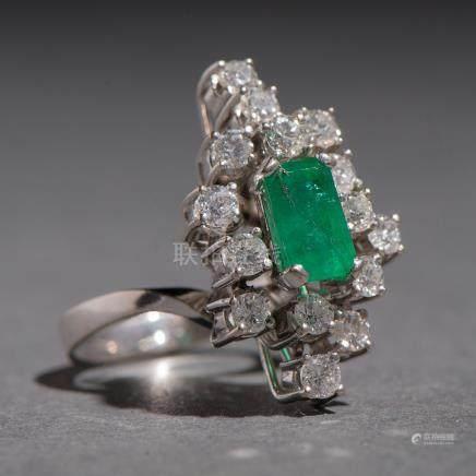 Sortija en oro blanco de 18 kt. con esmeralda central de 1 Qt. (Aprox) y diamantes talla brillante de 0,80 Qt. (Aprox)