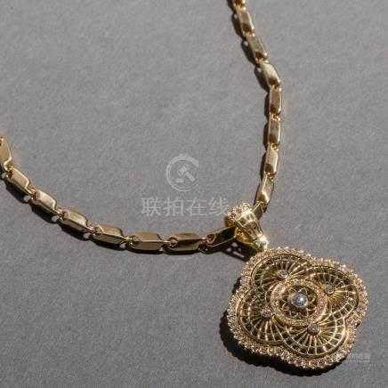 Collar en oro amarillo de 18 Kt. con colgante en forma de flor polilobulada de diamantes talla brillante.