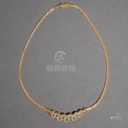 Collar en oro amarillo de 18 kt. con esmeraldas talla pera y brillantes.