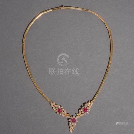 Gargantilla en oro amarillo de 18 Kt. con tres rubíes en cabujón y brillantería