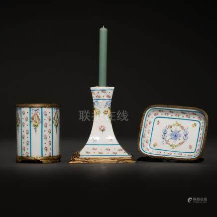 Conjunto de candelero, bandeja y pincelero en porcelana francesa estilo Luís XVI. Trabajo francés, Finales del siglo XIX-XX