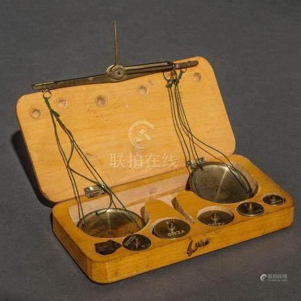 Balanza de joyero realizada en bronce dorado. Siglo XIX-XX