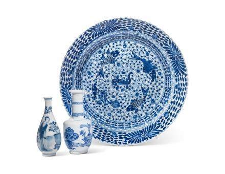 TWO SMALL BLUE AND WHITE VASES AND A 'FISH' DISH