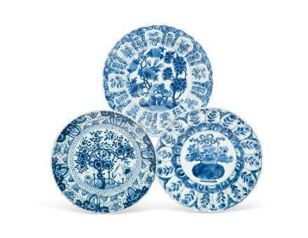 A GROUP OF THREE BLUE AND WHITE DISHES