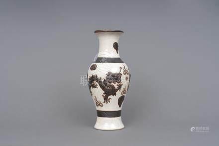 哥窯塑龍瓶