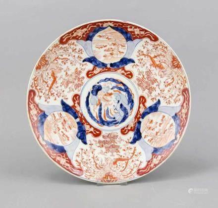 Teller, Japan, 19. Jh, Imari-Dekor in Unterglasurblau und Überglasurrot, leicht best., D. 30 cm