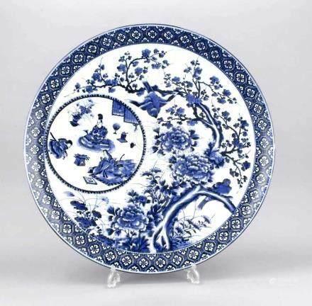 Großer chinesischer Teller, 20. Jh., Unterglasur-blaue Malerei mit blühendem Pflaumenbaum und zwei